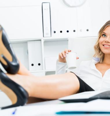 femeie la birou vorbind la telefon