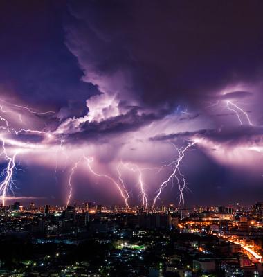 fulger cer deasupra orasului