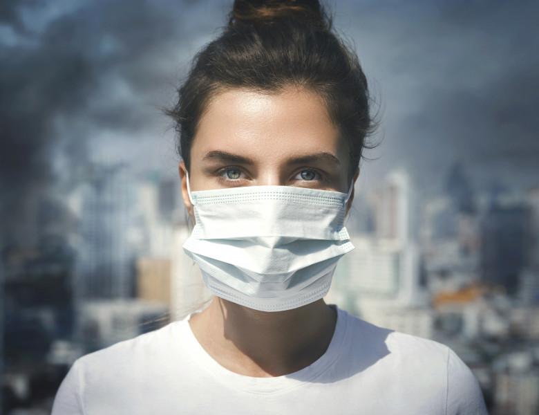 poluare in aer femeie cu masca