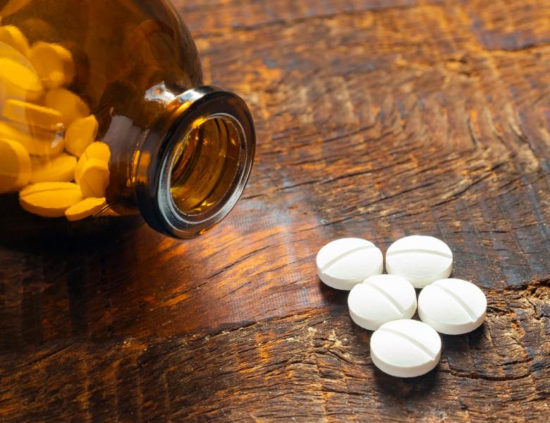 An,Amber,Bottle,Full,Of,Aspirin,Pills,With,Some,Pills