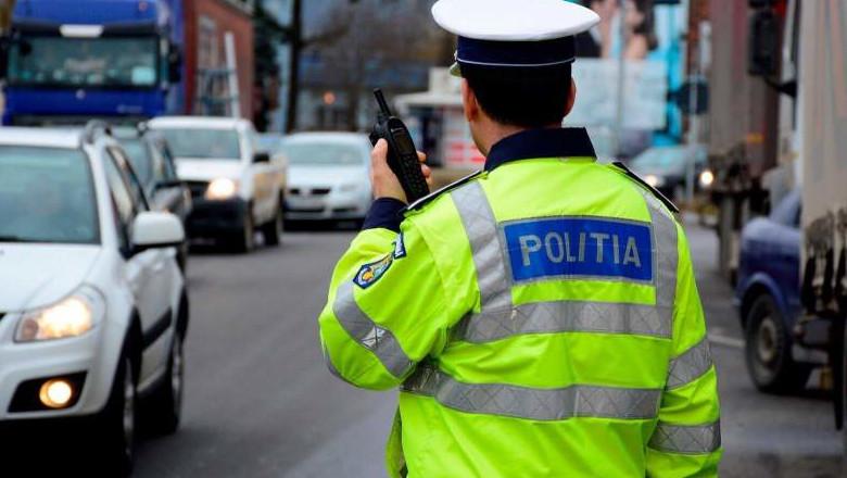 Polițist cu stația în mână