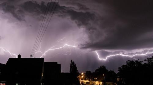 Furtună, ploaie, fulgere, trăsnet, vijelii