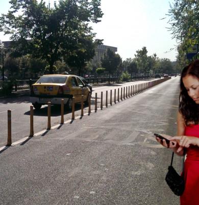 Tipă așteaptă RATB-ul cu telefonul mobil în mână