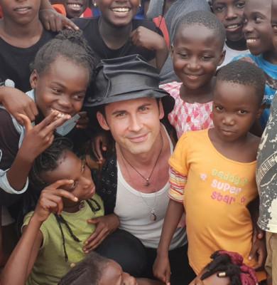 Dan Bălan cu copii africani