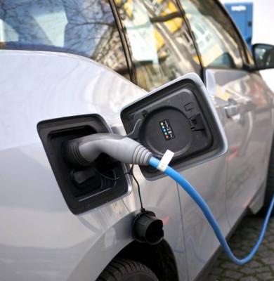 Mașină electrică la încărcat