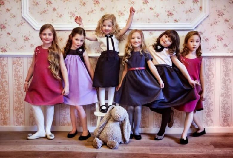 Copii îmbrăcați diferit