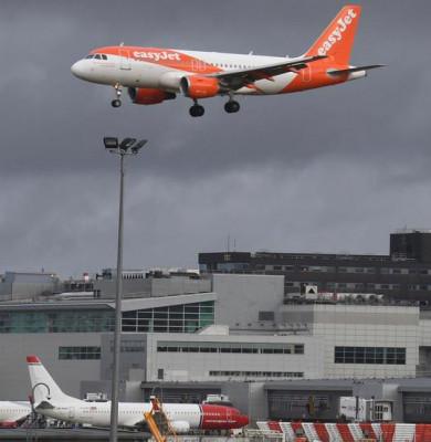Avion easyJet aterizând pe aeroportul Gatwick din Londra