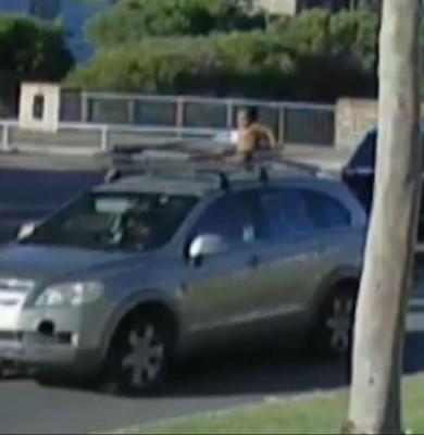 Copil pe tavanul mașinii