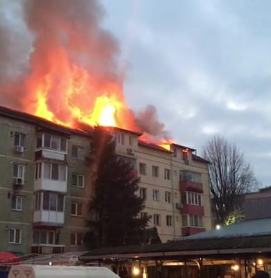 Incendiu la mansarda unui bloc