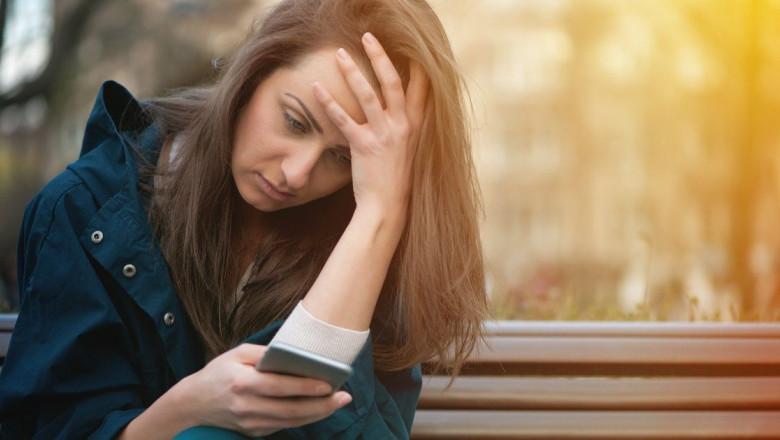 Vești rele telefon mobil, oboseală, tristețe, social media, Facebook, smartphone