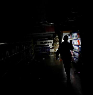 Venezuela în beznă, pană de curent, magazin în întuneric