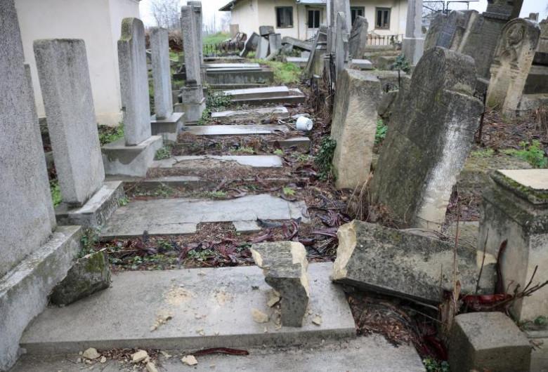 Cimitir Huși, morminte vandalizate