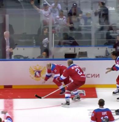 Vladimir Putin cade pe gheață, la hochei