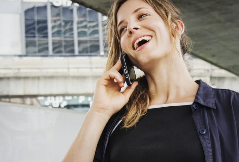 Femeie vorbește la telefon