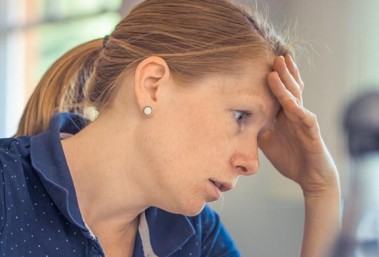 Femeie epuizată, obosită, burnout, multă muncă