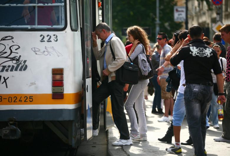 Oameni urcă în tramvai