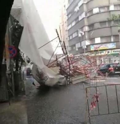 Schelă prăbușită în București din cauza vântului