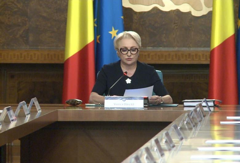 Viorica Dăncilă se uită în foi, înaintea ședinței de Guvern