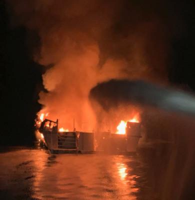 Barcă, navă, vas în flăcări,incendiu,California