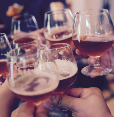 Băuturi alcoolice, oameni dau noroc cu paharele, vin