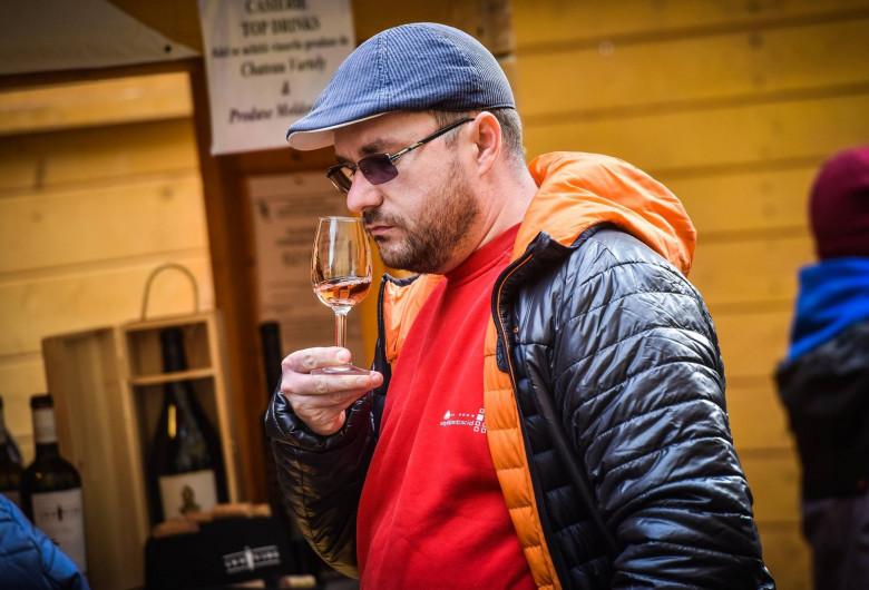 Om bea vin la VINFEST Sibiu, festivalul vinului