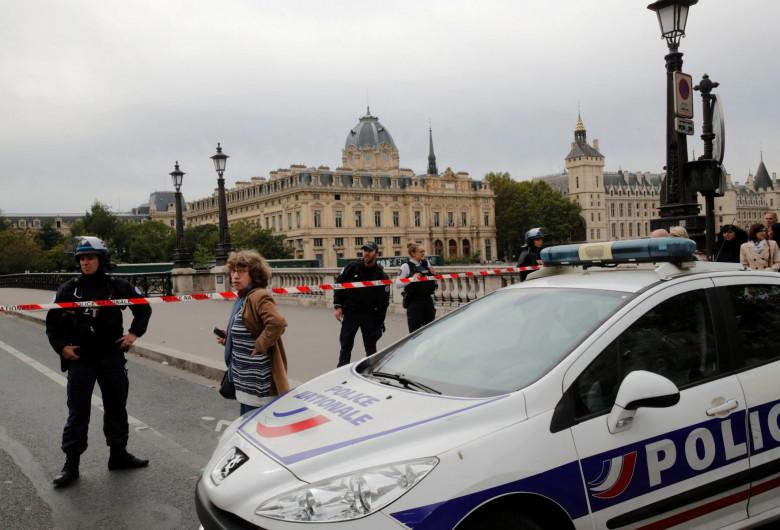 Atac în Paris, mașină a Poliției franceze