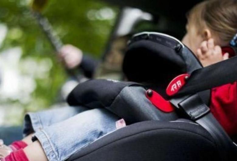 Copil cu centură de siguranță
