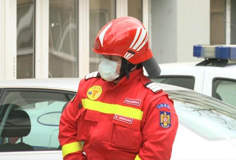 Paramedic IGSU cu masca de gaze pe față