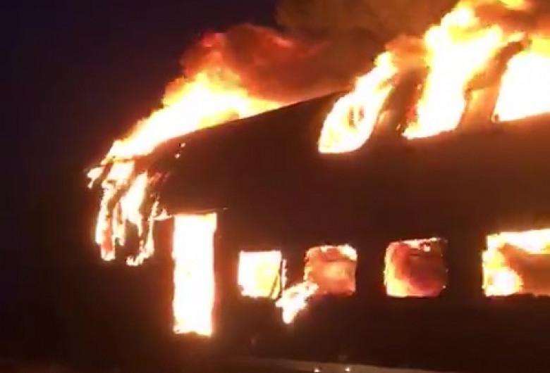Vagon de tren în flăcări, incendiu