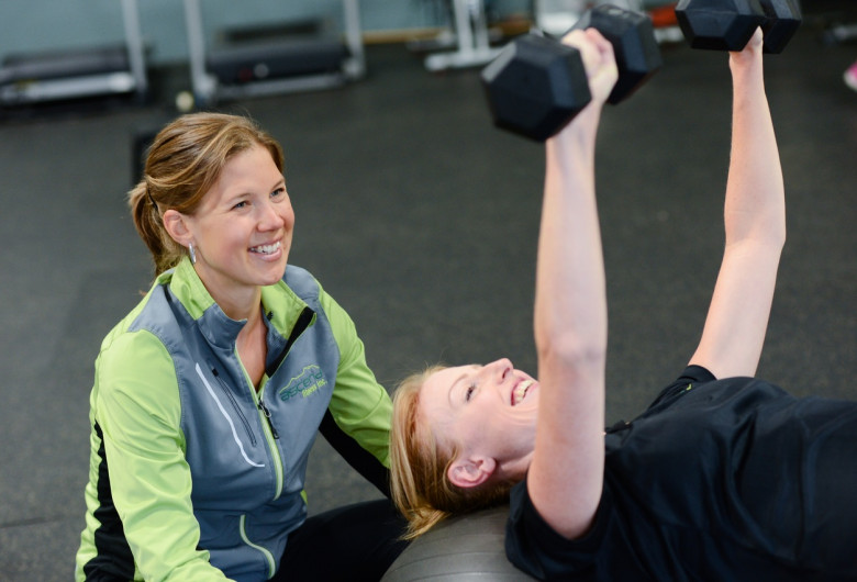 Femei la sala de forță, exerciții fizice, sport, gantere, mișcare
