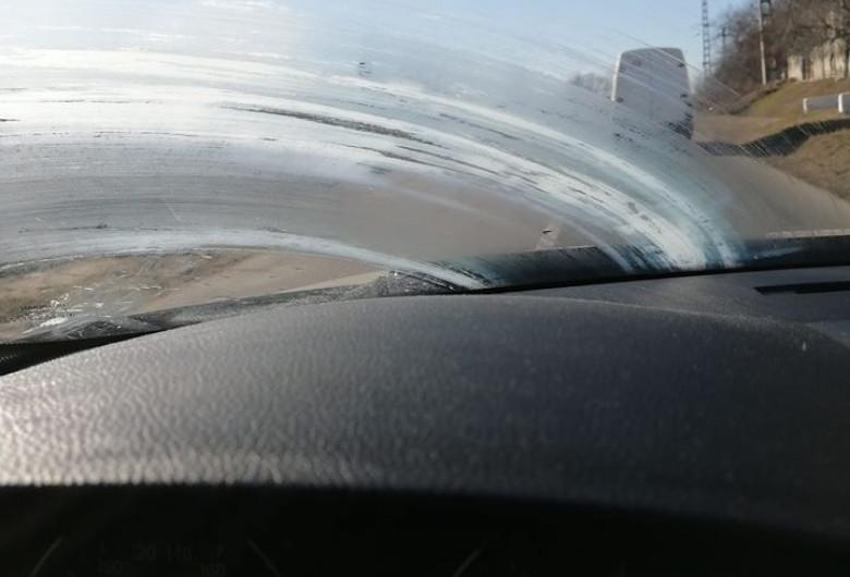 Unt pe parbrizul unei mașini