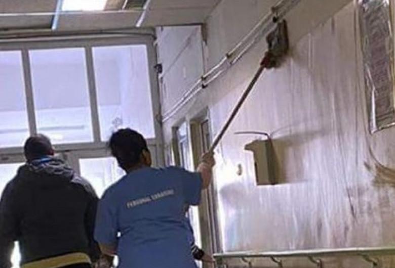 Infirmieră dă cu mopul pe pereți