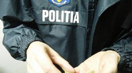 Polițist cu droguri în mână