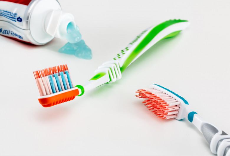 toothbrush-3191097_1920