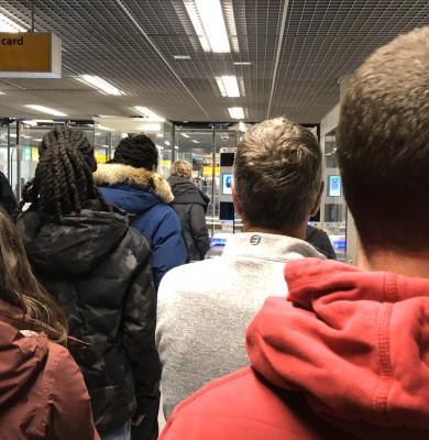Oameni așteptând într-un aeroport