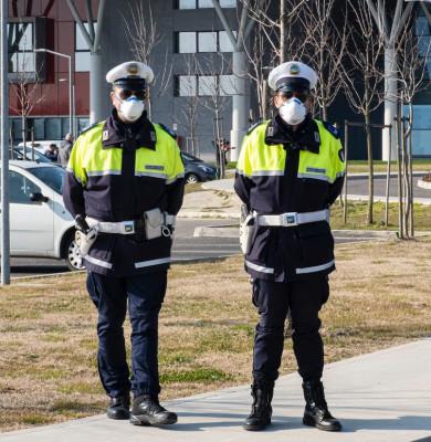 Polițiști cu măști sanitare pe față în Italia