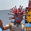 Polițist indian cu cască de coronavirus