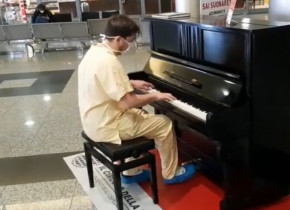 Medic cântă la pian în Italia