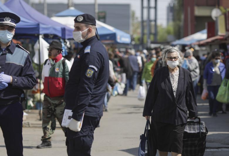 Aglomerație cu bătrâni în Piața Obor în vremea COVID-19, coronavirus, cumpărături