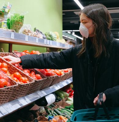 Cumpărături cu femeie cu mască sanitară în vremea COVID-19, coronavirus