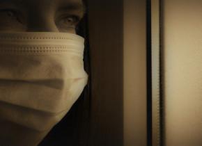 Femeie cu mască sanitară pe față, în izolare la domiciliu, carantină, coronavirus, COVID-19