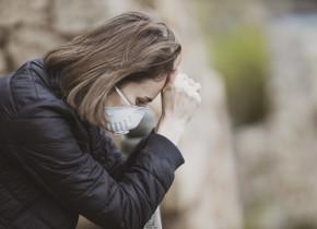 Femeie trist de deces, mort de coronavirus, COVID-19, mască sanitară pe față