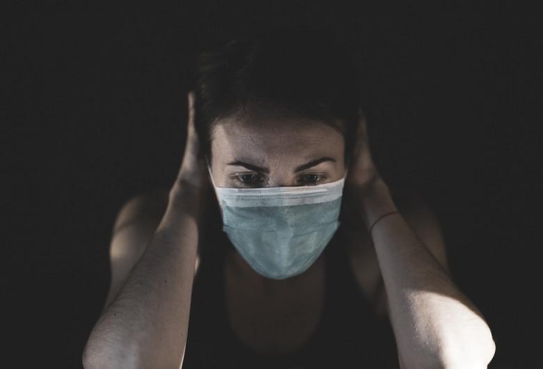 Persoană cu mască sanitară pe față, află de deces, mort de coronavirus, COVID-19