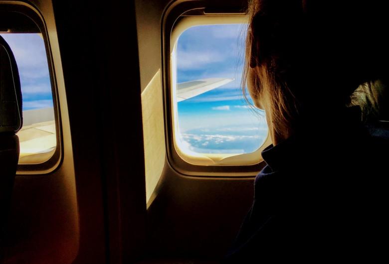 Femeie în avion, pasager, aeronavă, călătorie, turism, zbor, curse aeriene