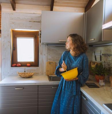Femeie tânără gătește în bucătărie, mâncare, alimente