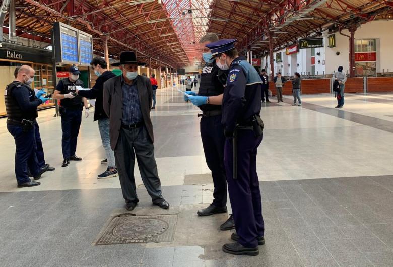 Polițiști cu măști de protecție, în Gara de Nord