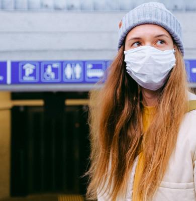 Tânără cu mască de protecție pe față, coronavirus, COVID-19