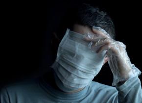 Bărbat cu măști de protecție pe față, supraprotecție împotriva coronavirus, COVID-19