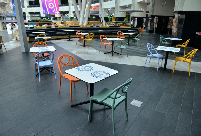 Mese în restaurantul din mall, cu distanțare socială în timp de COVID-19, coronavirus
