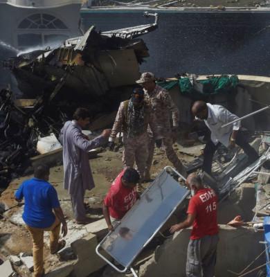 Avion prăbușit peste blocuri din Karachi, Pakistan